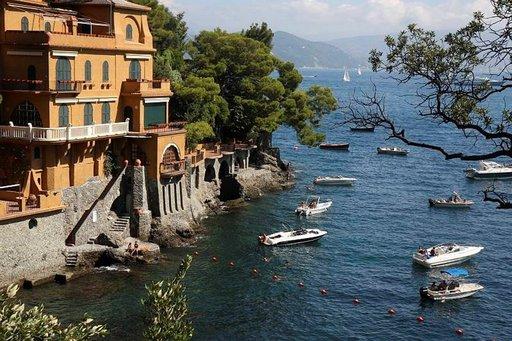 Portofinon edustalla auringossa kimalteleva meri houkuttelee nauttimaan rantaelämästä tai veneretkestä.