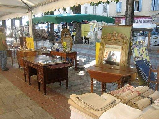 Napoleonin synnyinkaupungissa Ajacciossa kirpputori löytyy keskeltä katua.