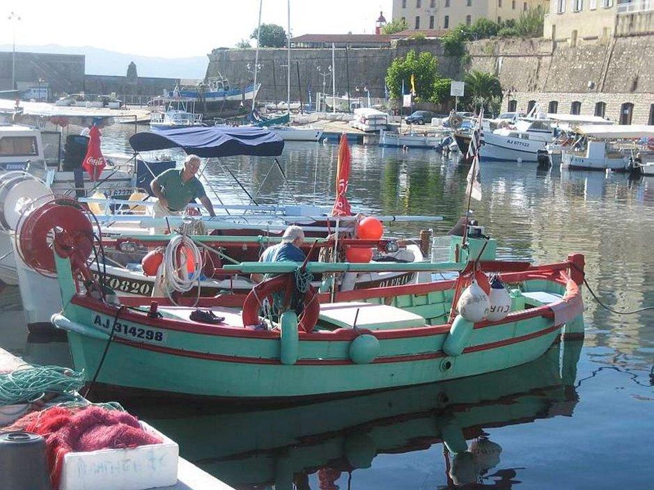 Värikkäät kalastusveneet henkivät Korsikan leppoisaa tunnelmaa.