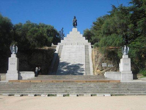 Napoleonin muistomerkki sijaitsee korkealla kukkulalla.