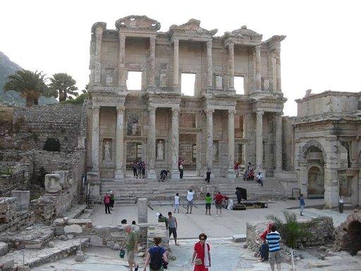 Efesoksen kirjasto oli aikanaan maailman kolmanneksi suurin ja merkittävin heti Aleksandrian ja Pergamon jälkeen.
