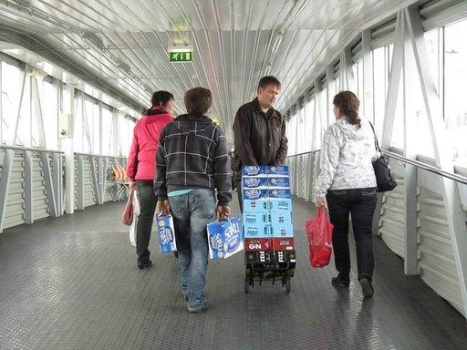 Monet suomalaiset raahaavat vielä nyt juomansa Tallinnasta, mutta hallituksen päätös voi poistaa tällaist näkymät historiaan. Vahvemman oluen myynnin vapauttaminen vähittäiskauppoihin vapauttaa myös hintakilpailun.