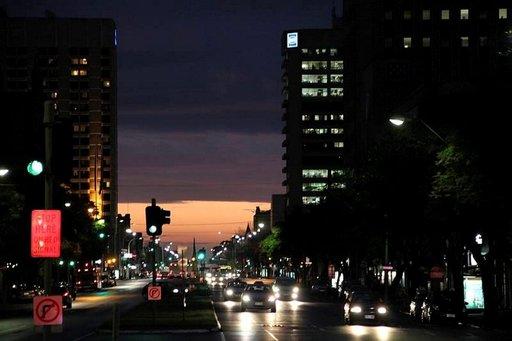 Aurinko värjää Adelaiden keskustan keltaisella.