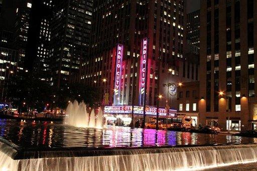 Radio Cityn katolta tarjoutuu yksi parhaimpia yöllisiä näköaloja New Yorkiin, aulan näkymät eivät ole yhtään huonommat.