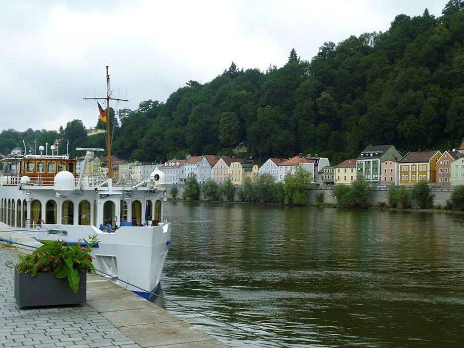 Regensburgin satamassa River Cloud II -laiva odottaa matkustajiaan.