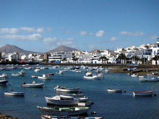 Kalastajaveneet lepäävät sulassa sovussa pääkaupungissa, Arrecifessa.