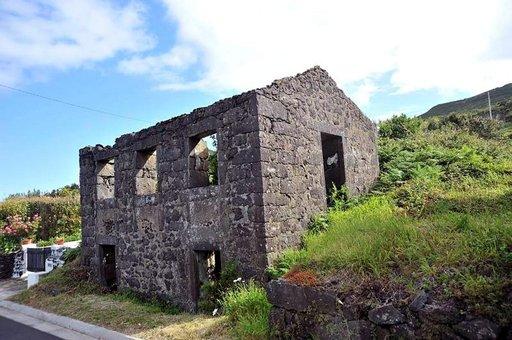 Laavan ja maan uumenista syöksyneiden kivien tuhoama rakennus.
