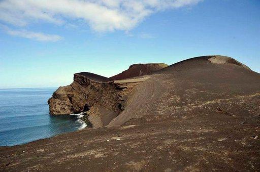Tuliperäiset kalliot nousevat jyrkkinä merestä.