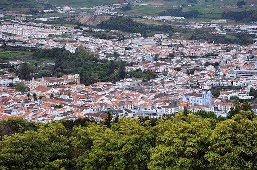 Azorien vanhinta kaupunkia, Angra do Heroismoa, kutsutaan Angraksi. Kaupunki on Unescon maailmanperintökohde vuodesta 1983.