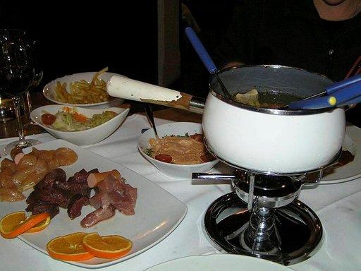 Maittava lihafondue päättää loman Itävallassa.