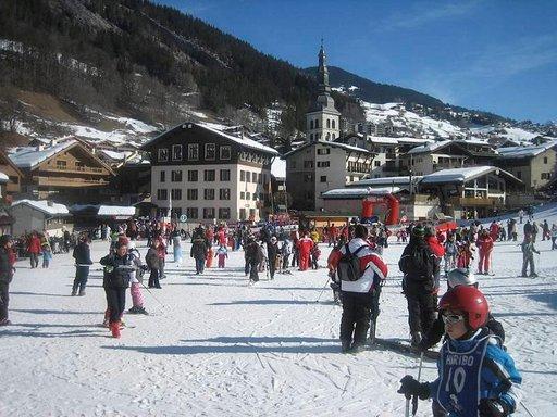 Viiden vuorenhuipun ympäröimässä La Clusazin alppikylässä viihtyvät kaiken ikäiset.