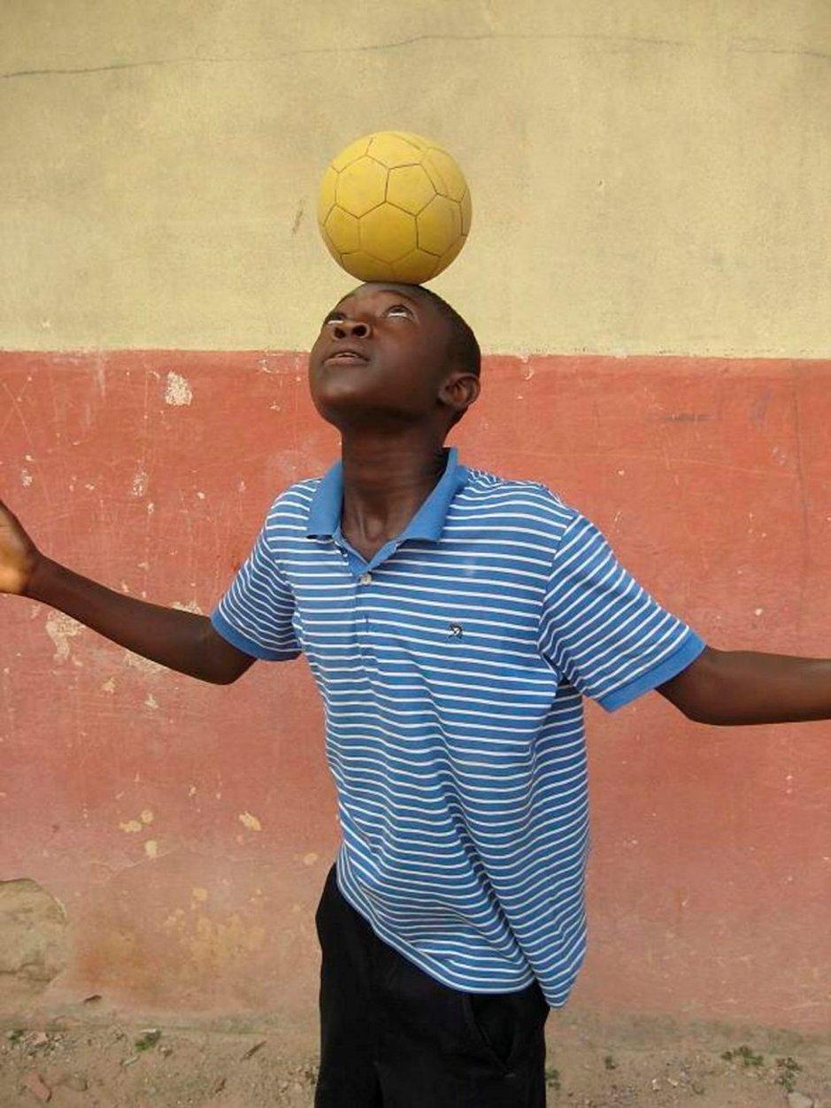 Ghanassa kaikki tanssivat, mutta jalkapallo on erityisesti poikien laji.