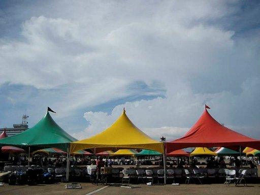 Mustan tähden aukiota kansoittavat Ghanan lipun värejä kantavat teltat.