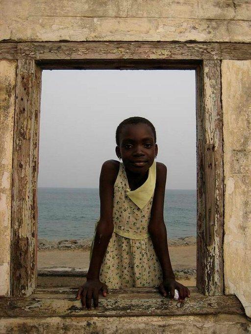 Fort Prinzenstein'n ikkunat raamittavat näkymää Guineanlahdelle.