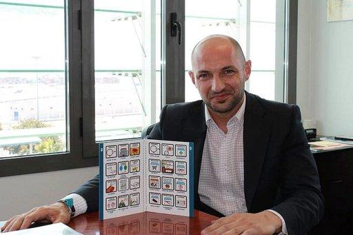 Raúl López esittelee Malagan takseille tehtyä opaskirjasta. Kuvien, pistekirjoituksen ja ohjeistuksen avulla helpotetaan asiakaspalvelua.
