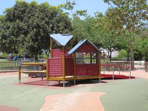 Puistoihin rekennetut lasten leikkialueet soveltuvat myös liikuntaesteisille. Monet puistotelineet ovat suomalaisen Lappsetin valmistamia. Mukava vierailukohde on esimerkiksi Parque de la Paloma Benalmadenassa.