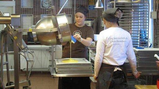 Suklaan valmistumista voi seurata lasin läpi tehtaanmyymälässä.