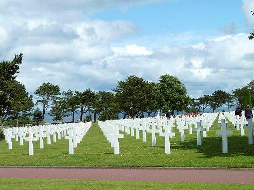 Kauniille paikalle perustetun hautausmaan nurmikentän 9386 valkoista ristiä ovat vaikuttava näky.