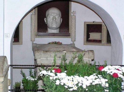 Benito Mussolinin hauta Predappion San Cassianon hautausmaalla on matkailunähtävyys ja kulttipaikka.