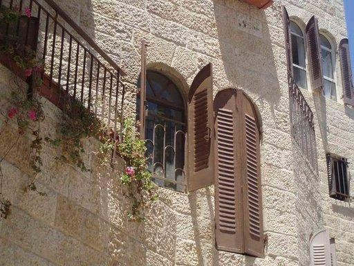 Vaaleat kiviset rakennukset ovat tavallisia Jerusalemissa.