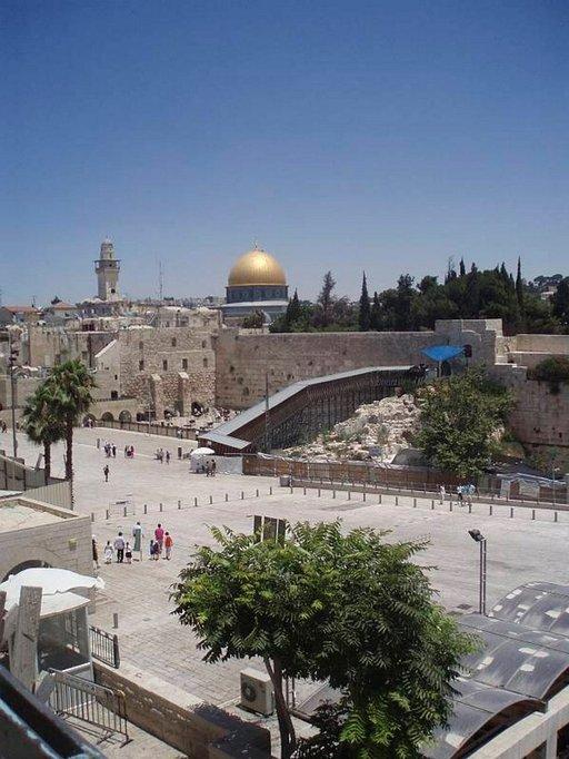 Juutalaisten Itkumuuri ja muslimien Kalliomoskeija vieri vieressä.