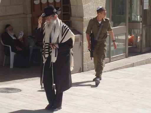 Niin ultraortodoksit juutalaiset kuin aseistetut sotilaatkin ovat yleinen näky.