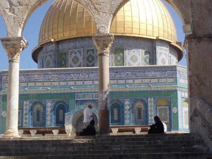 Sotilaan hajuvesi sekoittuu<br /> kolmen uskonnon pyhäkössä<br /> JERUSALEM