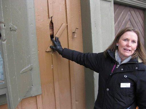 Jos ilta kapakassa venähti eikä kotiin ollut menemistä, voi seinäkätköstä ottaa avaimen ja mennä yöksi kaupungintalolle.