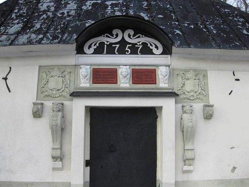 Hautaholvi Sigtunan kirkkomaalla.