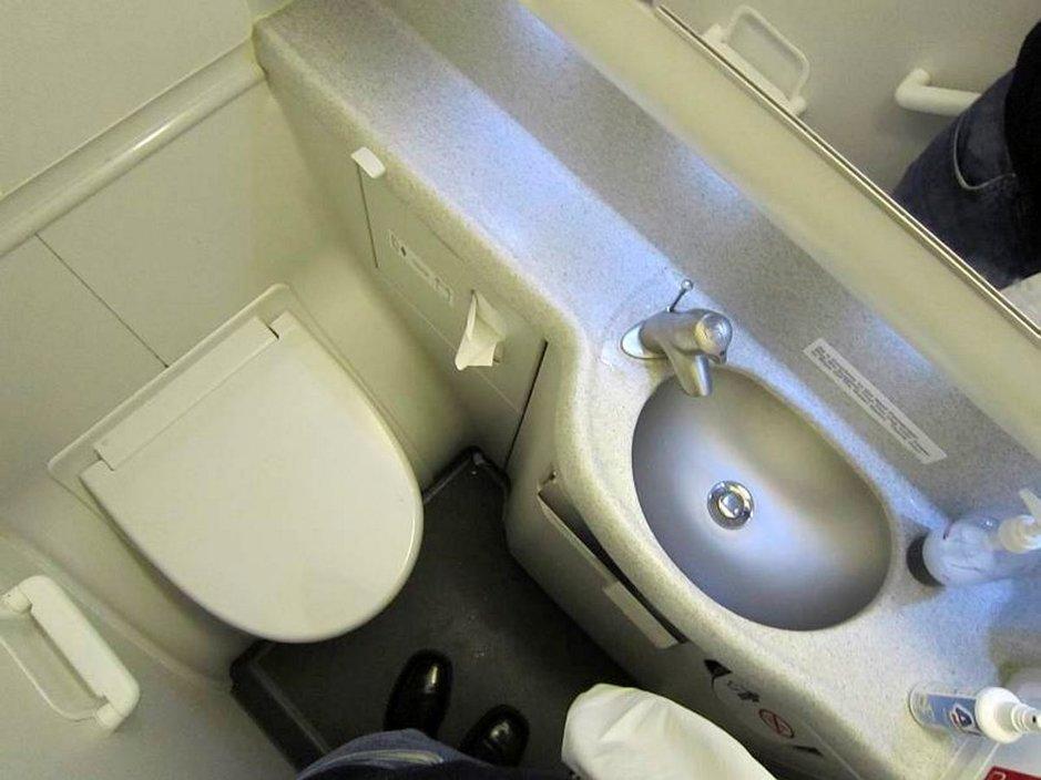 Lentomatkustajat haluavat vessa-<br /> maksut, pisuaarit ja naistenhuoneet