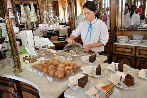 Perinteiset keskieurooppalaiset leivonnaiset odottavat pääsyä asiakkaiden pöytiin.