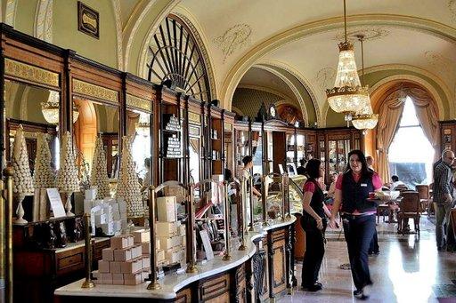 Kahvila-konditoria on Gerbeaudin rauhallisempi ja kodikkaampi puoli. Alkuperäinen myyntitiski ja koristeelliset yksityiskohdat luovat ylellisen ilmapiirin