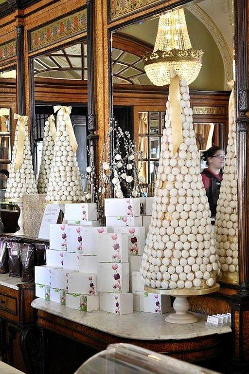 Gerbeaudista saa ostaa kaikkea mukaan. Pikkuleivät, suklaat ja muut leivonnaiset pakataan tyylikkäisiin pakkauksiin.