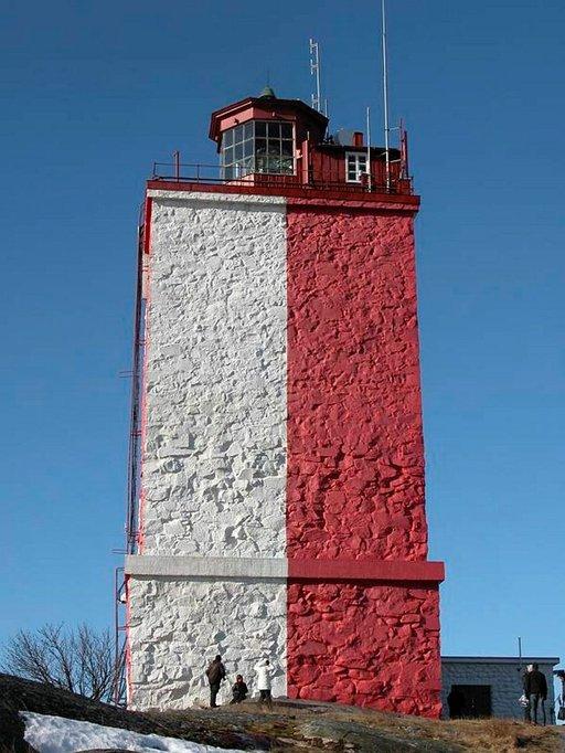 Punavalkoinen majakka on Utön tunnusmerkki. Majakkaan ja Utön historiaan pääsee tutustumaan opastetulla kierroksella.