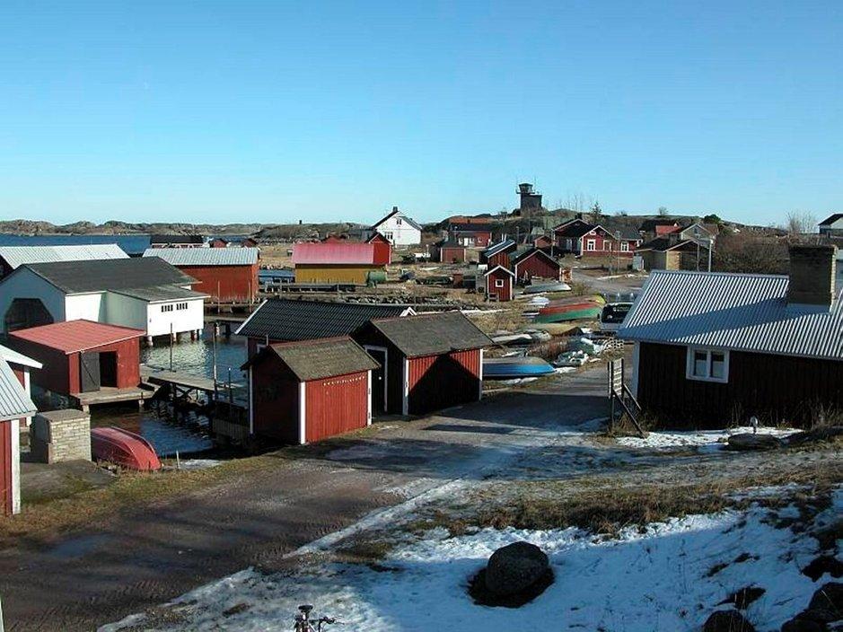 Utön kylän pääraitilla ei ole talviaamuna tungosta. Kyläkauppa on kuvassa oikealla.