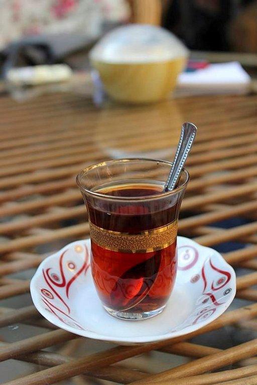 Turkkilainen teelasi jäljittelee tulppaanin muotoa.