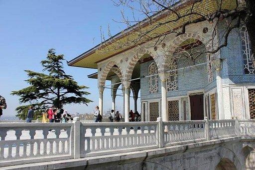 Topkapin palatsialueella on lukuisia koristellisia rakennuksia.