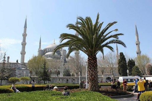 Sinisen moskeijan ja Hagia Sofian välisellä puistoalueella voi istua ihailemaan mahtipontisia pyhäkköjä.