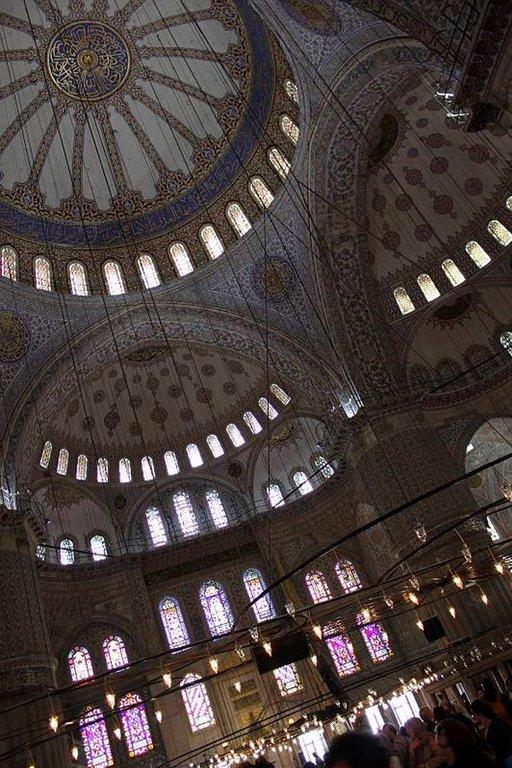 Sinisen moskeijan koristeellinen katto saa pään pyörälle.