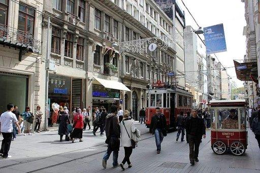 Ostoskadulla liikennöivät vanhat punaiset raitiovaunut.