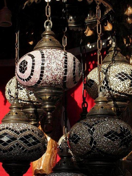Markkinoilta voi hankkia vaikka koristeellisen, turkkilaisen lampun.