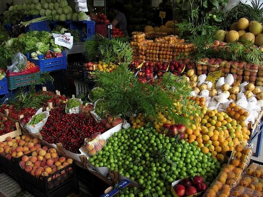 Vihannes- ja hedelmätorit hehkuvat värikylläisyyttä ja tuoreita antimia.
