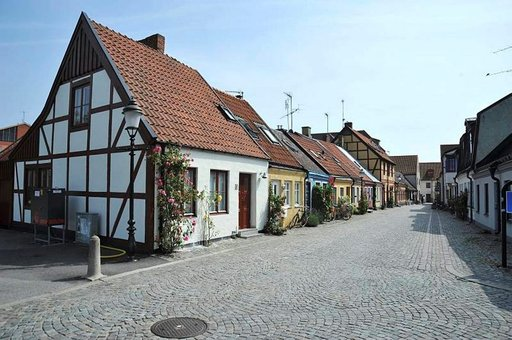 Värikkäät pienet talot ja ruusut niiden edustalla tuovat mieleen Visbyn kaupungin.