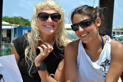 Sukellusopettajat Sarah Pulitzer ja Karin Cortes sukeltavat työkseen Karibian kirkkaissa vesissä.