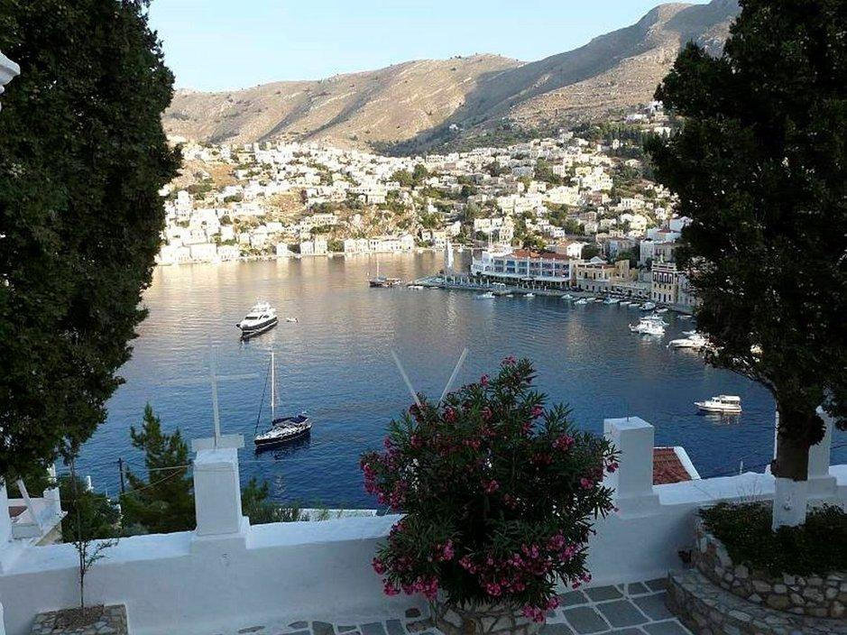Kreikan idyllinen SYMI houkuttelee<br /> poukamiin ja syömään katkarapuja