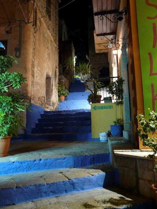 Neljänsadan askelman portaiden alkupää öisessä Chorióssa.