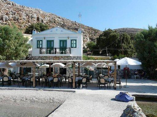 Ainoa ravintola Pedissä on Peroulin perheen Metapontis, joka tarjoaa edullisia, kotitekoisia herkkuja ja virvoittavia juomia.