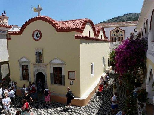 Pyhän Mikaelin luostari on suosittu vierailukohde ja sisäpihalla on myös vanha 450-luvulta peräisin oleva kirkko.