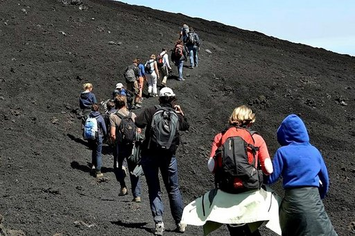Kiipeäminen alkaa 2500 metrin korkeudesta ylöspäin kohti Etnan huipun jatkuvasti aktiivisia keskuskraattereita.