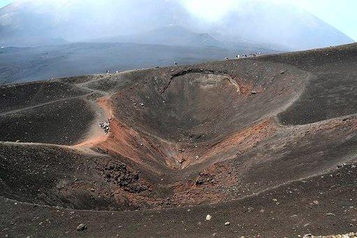 Vuoden 2003 talvella tapahtuneen purkauksen keskuskraatteri. Vulkaanisen kiven korkea rautapitoisuus erottuu selvästi ruosteenruskeana värinä kraatterin seinämissä. Sen keskellä olevasta purkauskanavasta tulee edelleen savua ja tulikuumaa höyryä.